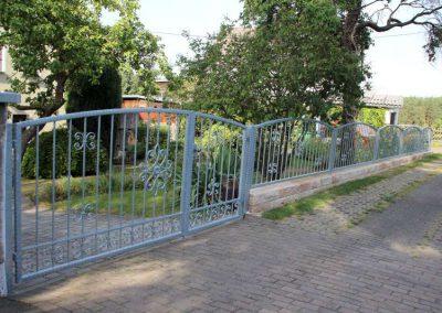 Romano Mauer rustica Beige-Braun mit schmiedeeisener Zaun- und Toranlage