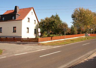 Zaun auf Mauersockel