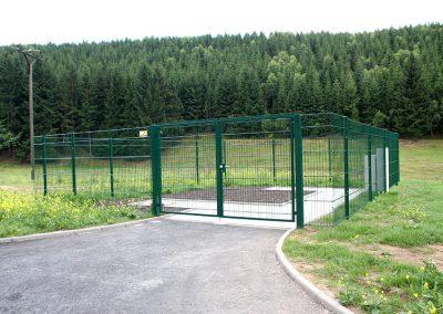 Gitterzaun in Waage montiert