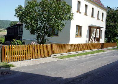 Zaun und Tor auf Mauersockel