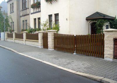Zaun und Tore mit Bogen zwischen Pfeilern montiert