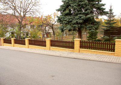 Zaun zwischen Pfeilern montiert