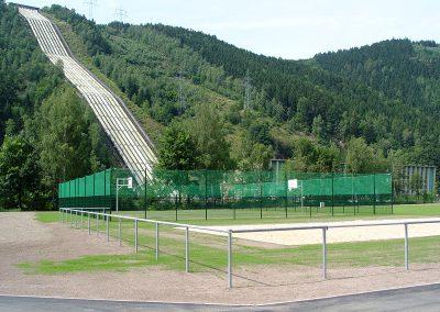 Sportanlage Gitterzaun mit Fangnetz und Barriere