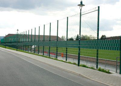 Stadionzaun Gitter mit Fangnetz und Sichtschutz