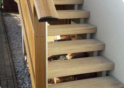Balkontreppe mit Kunststoffgeländer und UPM Bodenbelag in Desert Sand