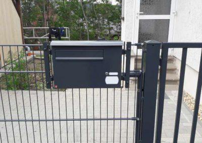 Durchwurfbriefkasten im Gitterzaun integriert incl. Klingel, Namensschild sowie Hausnummer