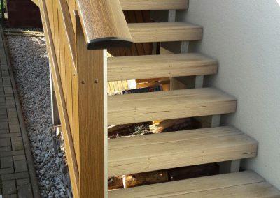 Treppe mit UPM-Belag, Farbton Dessertsand, Geländer Kunststoff mit Handlauf
